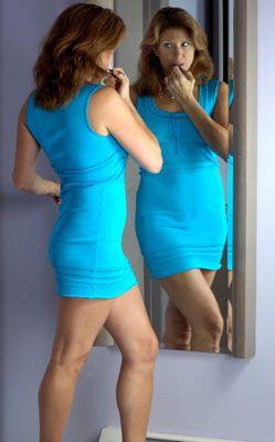 Kendinizi kimseyle kıyaslamayın!  Genetik yapınıza kızıp, neden top modeller gibi bir fiziğe sahip olmadığınıza hayıflanmak boşu boşuna zaman kaybı. Bu davranış size hiçbir şey getirmeyeceği gibi, kendinizi kötü hissetmenize yol açar. Başka kadınlara bakıp onların neden sizden daha güzel olduklarını düşünmek gereksiz. Kimse dört dörtlük değildir. Sorsanız o kadınların da kendileriyle ilgili beğenmedikleri tarafları vardır. Siz siz olun, zaaflarınızdan çok güçlü yanlarınızı düşünün.